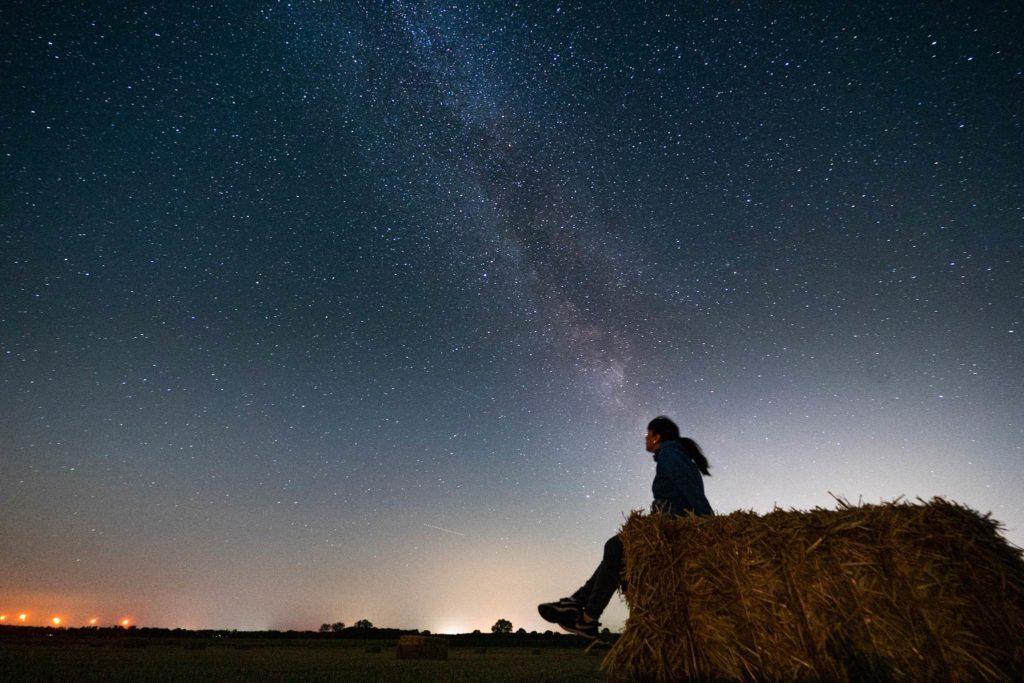 Blick auf den Sternenhimmel vom Feld