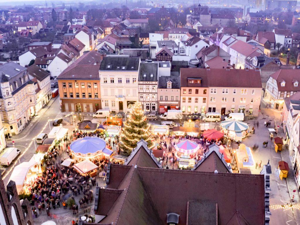 Blick von der Stendaler Marienkirche auf den Weihnachtsmarkt