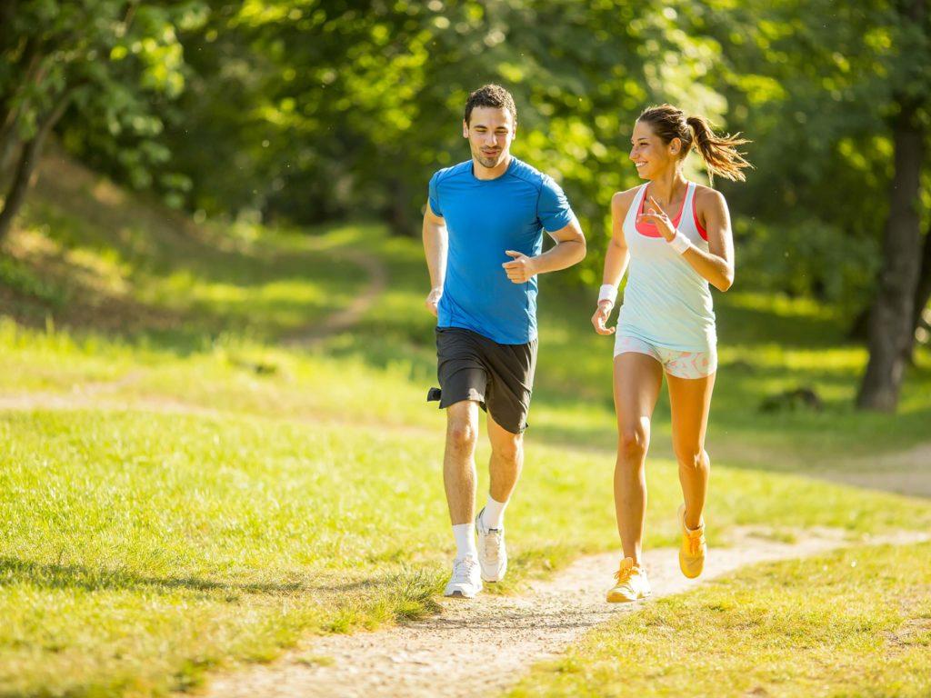 Zwei Läufer in der Natur