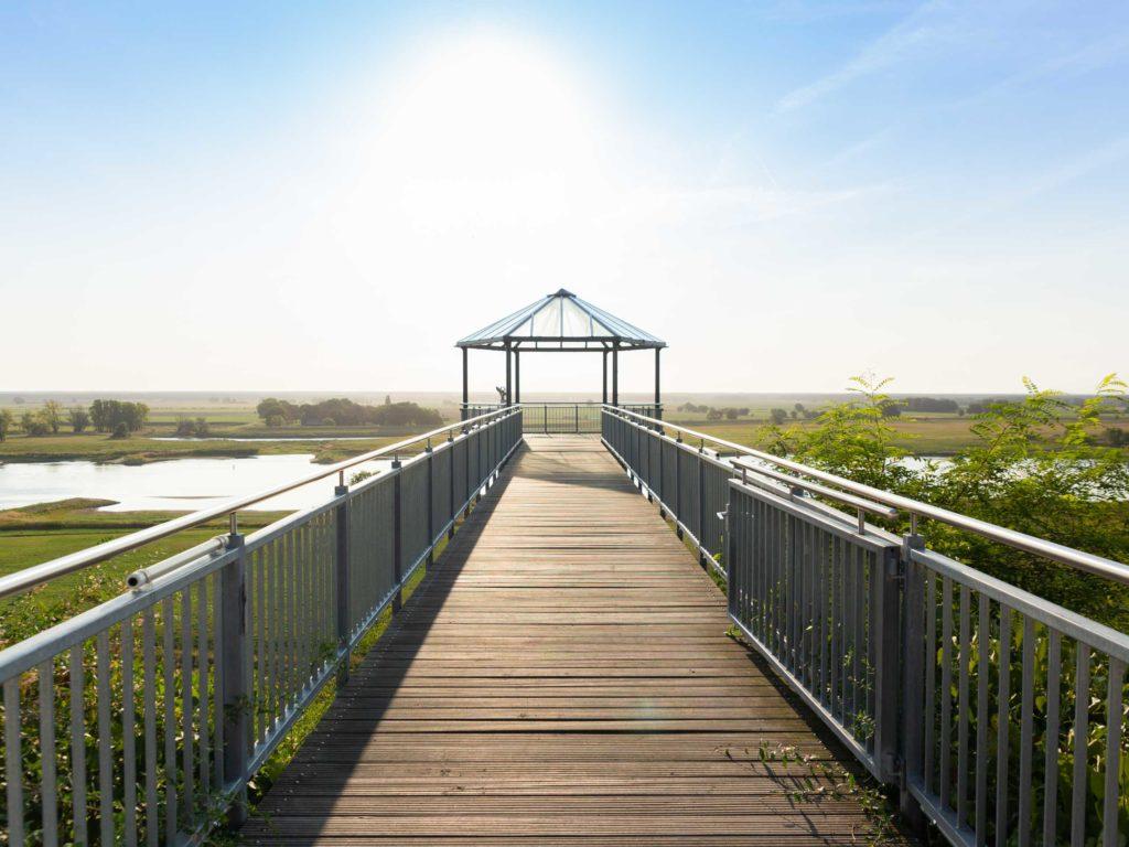 Von der Aussichtsplattform am Burgberg überblickt man die weite Elbelandschaft