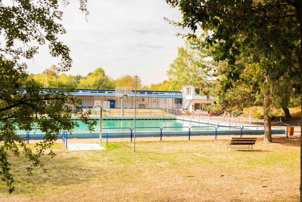 Schwimmbecken und Liegewiese im Waldbad Klötze