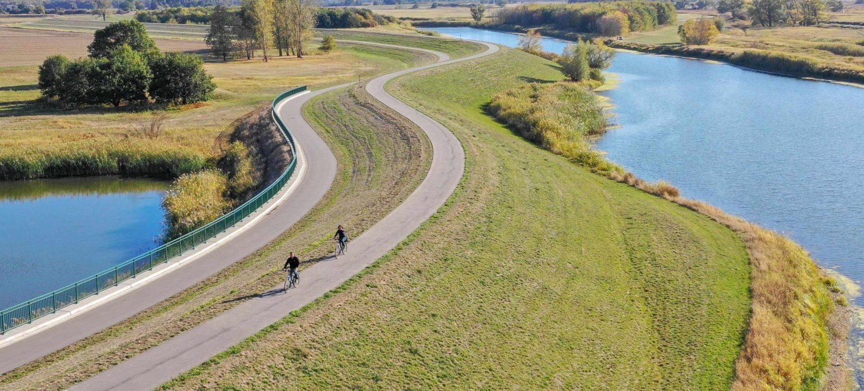 Zwei Radfahrer auf dem Elberadweg