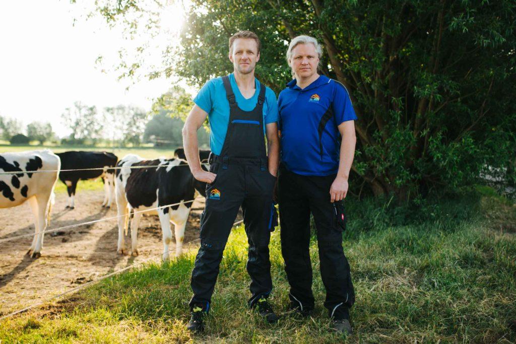 Die Landwirte Dirk und Volker mit ihren Kühen