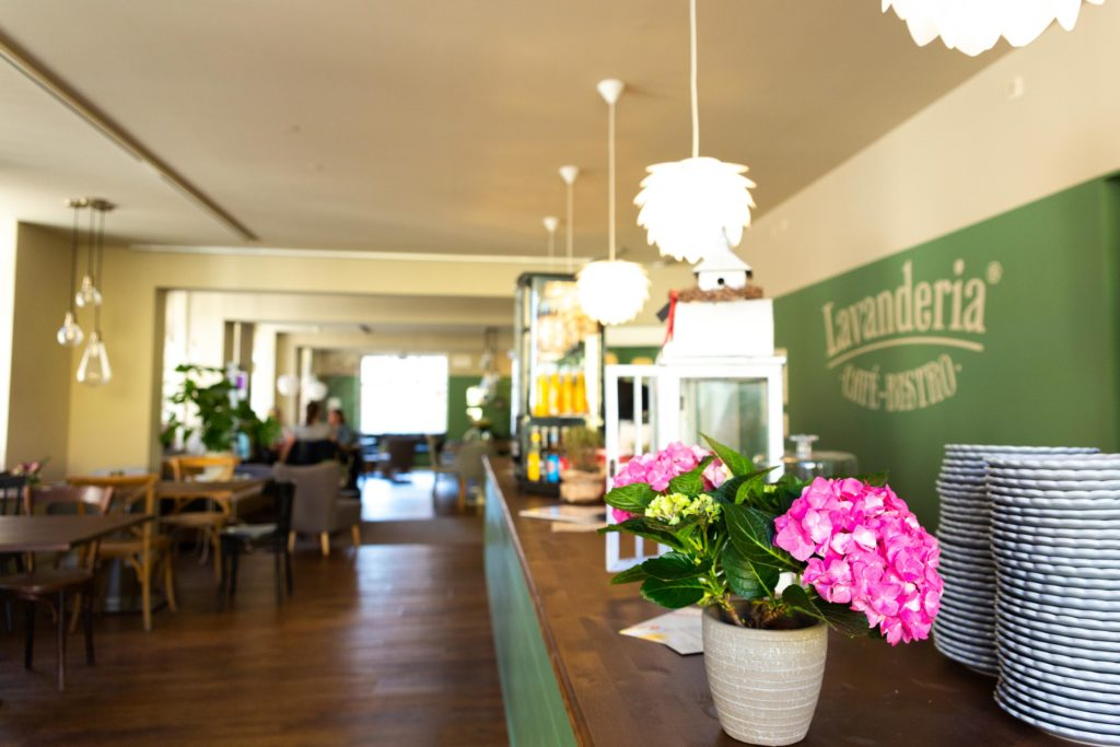 Das Café-Bistro ist liebevoll eingerichtet