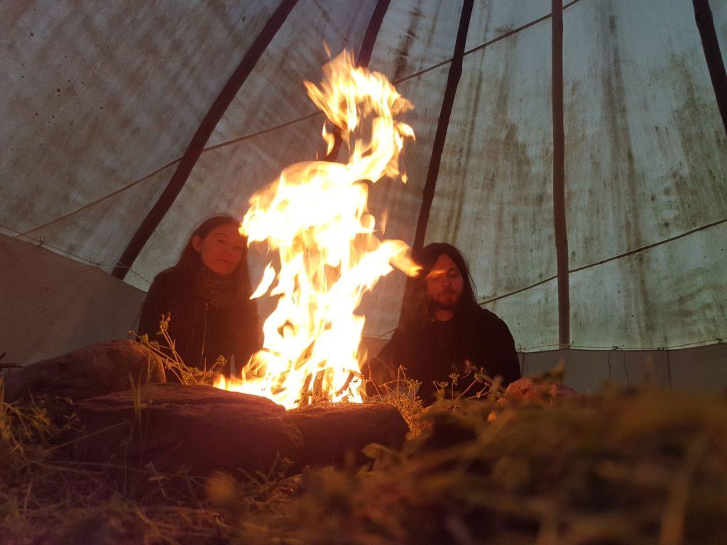 Hier kannst du mit Familie und Freunden entspannt am Lagerfeuer sitzen