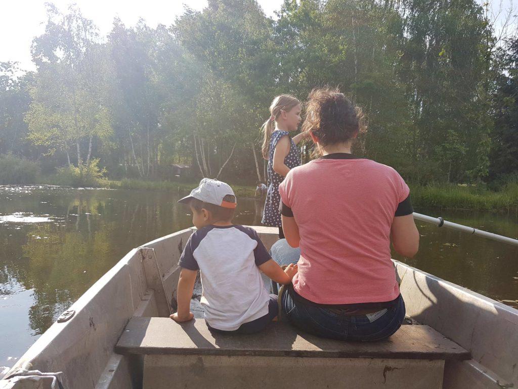 Kinder haben hier Spaß beim Paddeln und entdecken