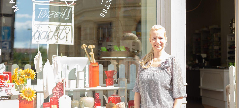 Inhaberin Yvonne Riesmann vor ihrem Unverpackt-Laden